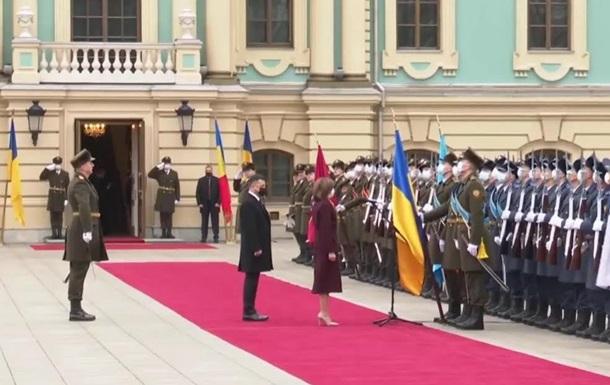 Санду приветствовала военных фразой Слава Украине