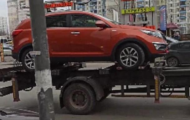 В Киеве эвакуировали авто с ребенком внутри
