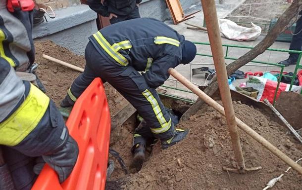 В Киеве обвалился грунт, есть погибший