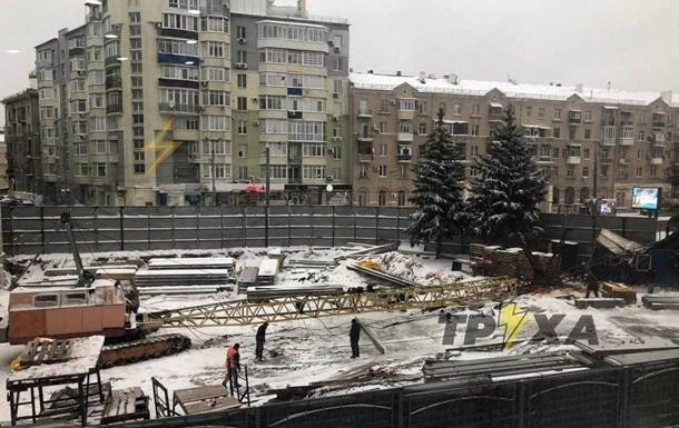 В Харькове кран упал на вагончик с рабочими