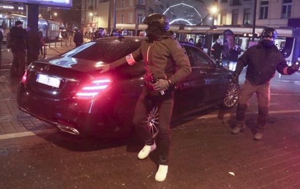 В Бельгии митингующие против полицейского произвола атаковали кортеж короля