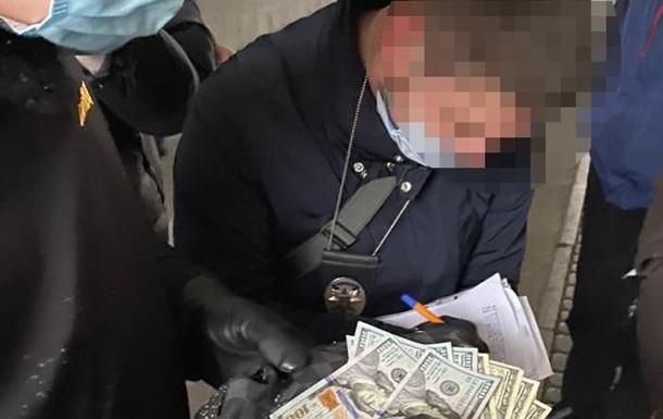 В Киеве чиновник вымогал взятку за размещение электрозаправок