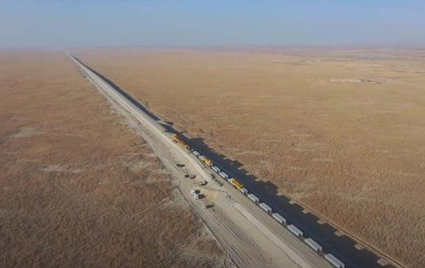 В Китае показали стройку железной дороги в пустыне