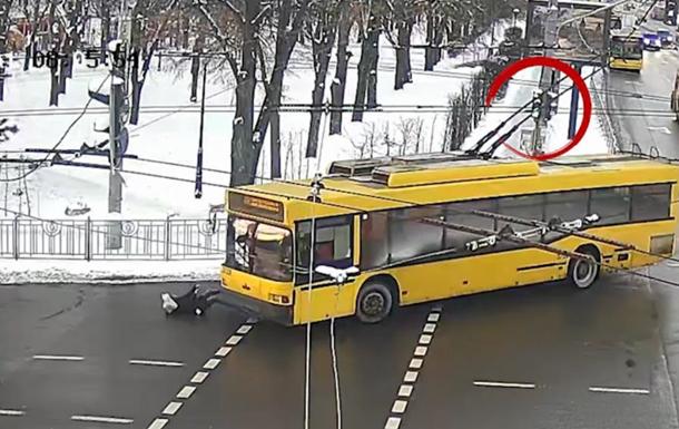 Троллейбус сбил женщину на переходе в Киеве