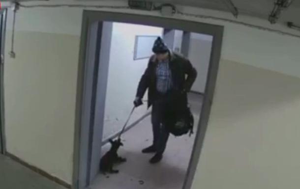 В Киеве мужчина избил и выбросил собаку. 18+