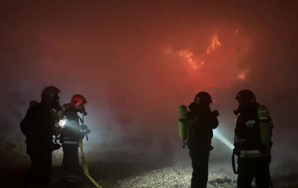 У Рівненській області гасять пожежу на складі