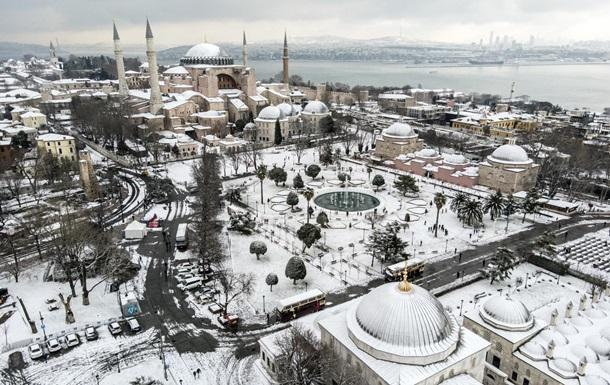 Стамбул засыпало снегом