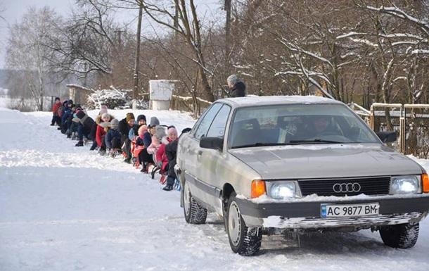 На Волыни катались на рекордном 'поезде' из санок