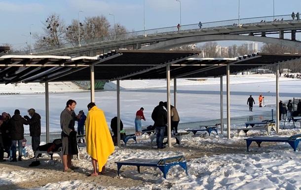 В Киеве проходят массовые крещенские купания