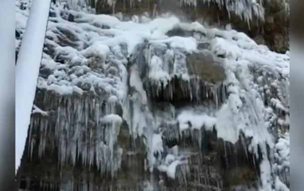 В Крыму замерз и обледенел самый высокий водопад