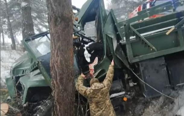 На Львовщине пострадали 13 военных в ДТП
