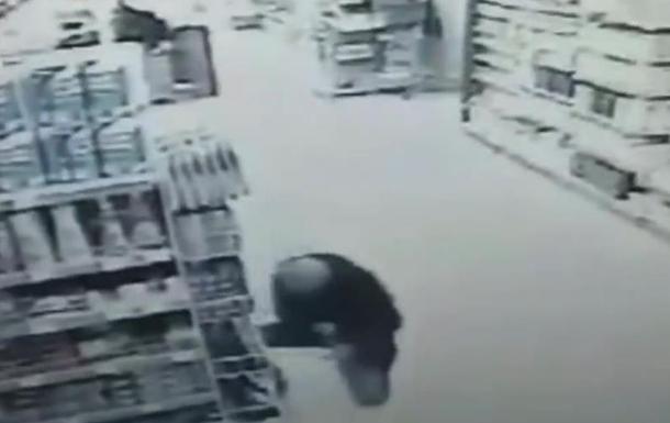 В магазине Борисполя мужчина ранил себя ножом. 18+