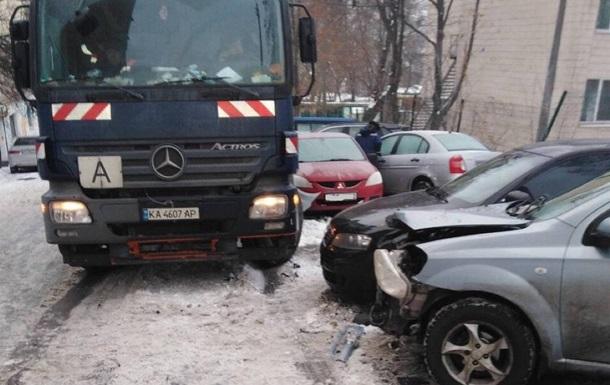 В Киеве мусоровоз разбил десять авто