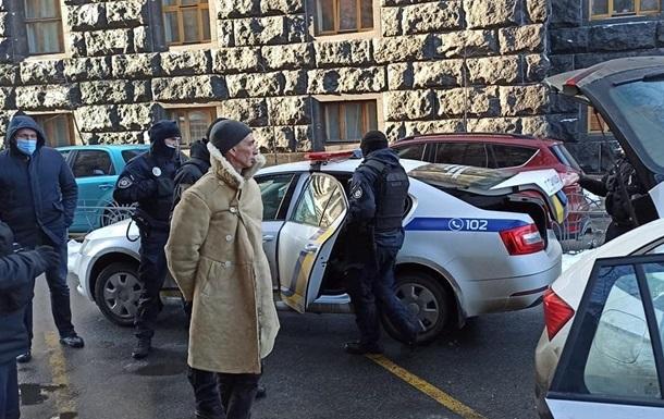 Полиция открыла дело из-за задержания мужчины с оружием возле Рады