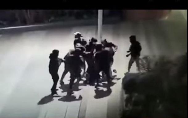 Жестокое избиения украинского подростка в Париже попало на видео