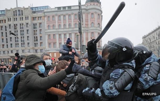 Киев и Вильнюс осудили насилие на акциях протеста в России