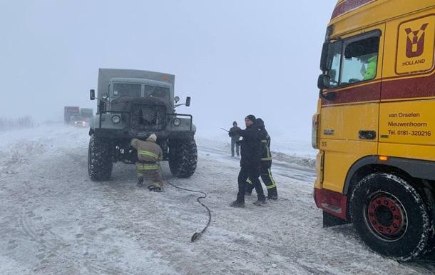 На трассе Киев-Чоп застряли сотни грузовиков