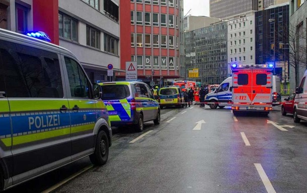 На вокзале Франкфурта мужчина с ножом напал на людей