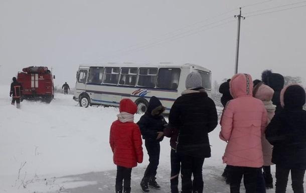 На Волыни из снежного затора освободили автобус с детьми