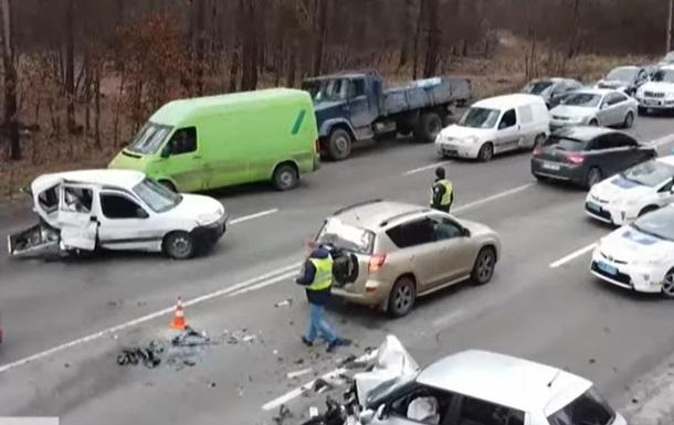 Под Киевом произошло масштабное тройное ДТП