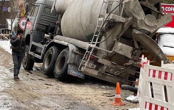 В Киеве под асфальт провалилась бетономешалка