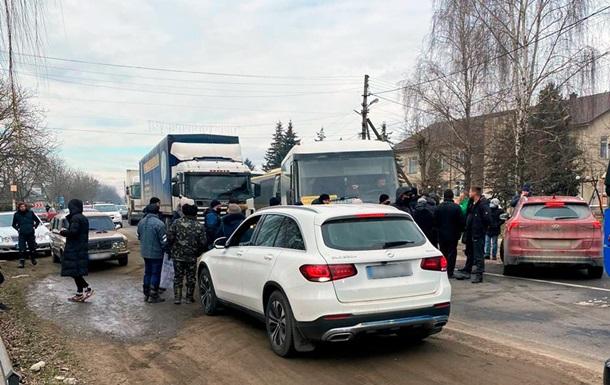 На Буковині в двох селах люди перекрили дороги