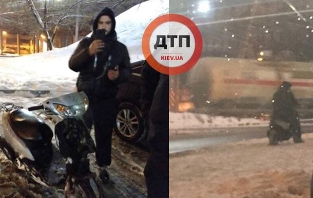 У Києві перехожі затримали п яного на скутері