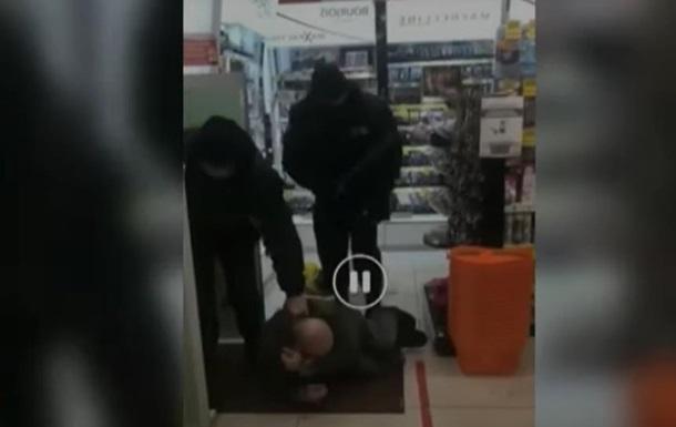 В Житомире охранники избили мужчину в магазине