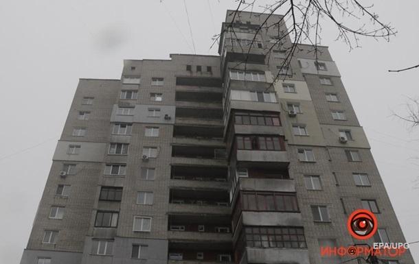 В Днепре девушка упала с 14 этажа на прохожего