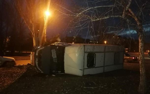 Инфаркт у водителя: в Донецкой области перевернулся автобус с людьми