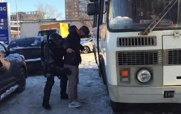У Москві біля суду затримують прихильників Навального