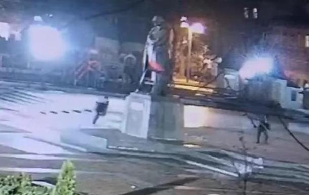 Пам ятник Бандері: опубліковано відео вандалізму
