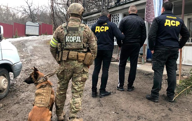 На Буковині затримали членів угруповання за продаж зброї і наркотиків