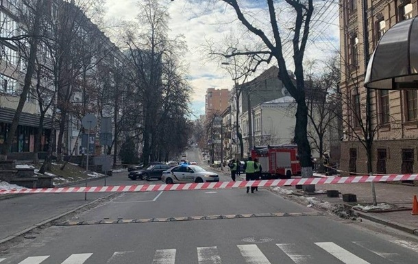 У Києві через підозрілий предмет перекрили вулицю