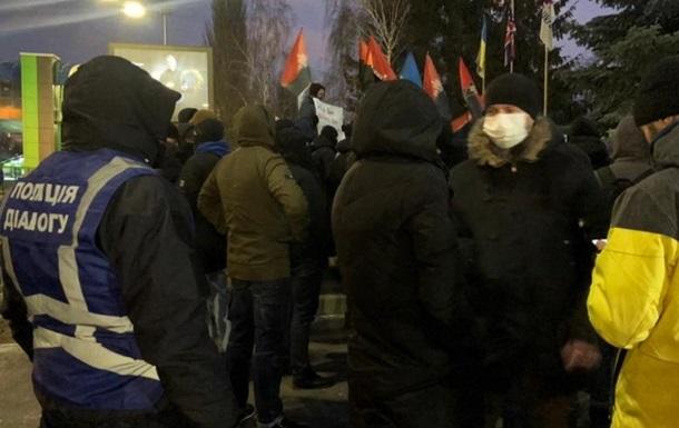 У Києві пікетують телеканали Інтер та НАШ