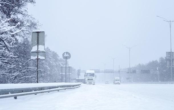 Киев закрыл въезд для грузовиков из-за снегопада