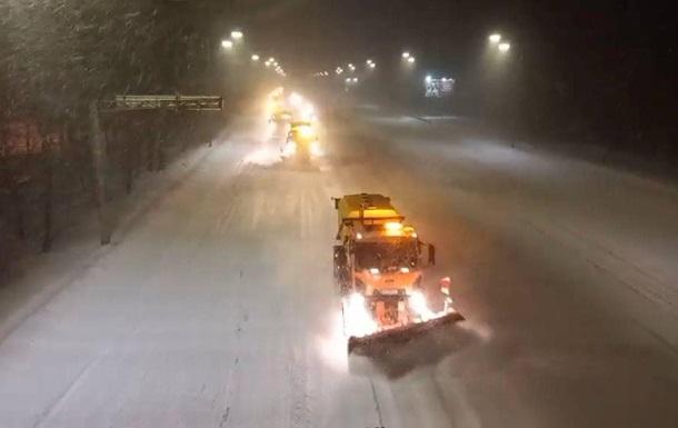 Киев больше суток засыпает снегом