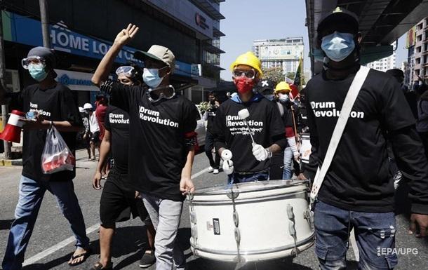 В Мьянме полиция стреляет по протестующим боевыми патронами - СМИ