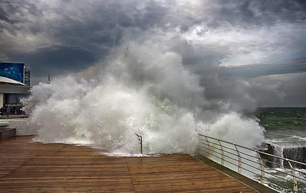 У Чорному та Азовському морях очікується шторм