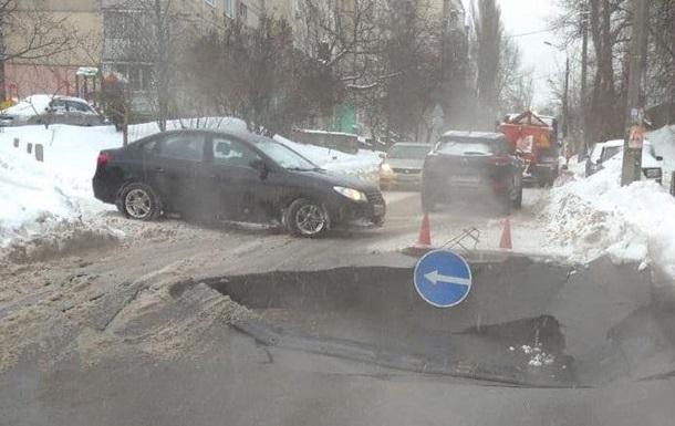 В Киеве провалилась дорога, движение затруднено