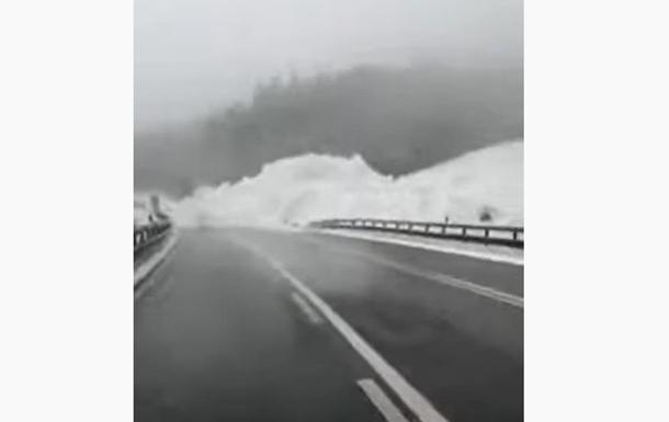 Трассу Киев-Чоп завалило снежной лавиной