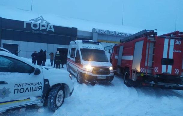 Во Львове под тяжестью снега рухнула крыша магазина