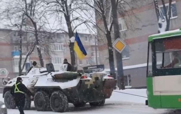 Снегопад в Ровно: полиция использует БТР