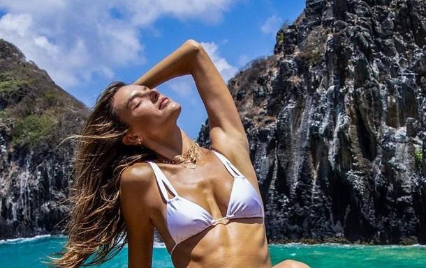 Алессандра Амбросіо показала  спекотні  фото в купальнику