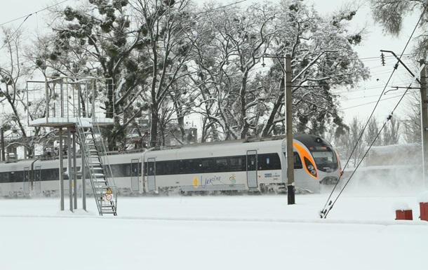 Укразалізниця заявила про багатогодинну затримку поїздів через снігопад