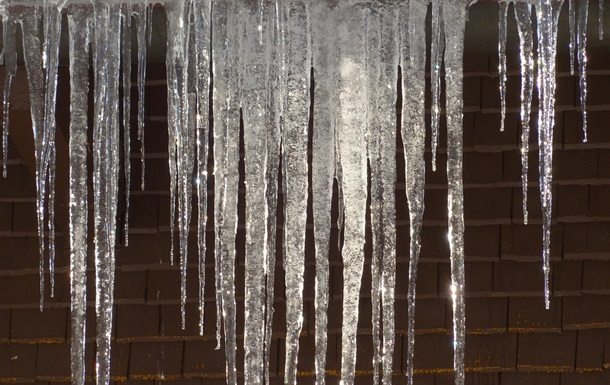 На многоэтажке в Киеве образовалась 10-метровая сосулька - соцсети
