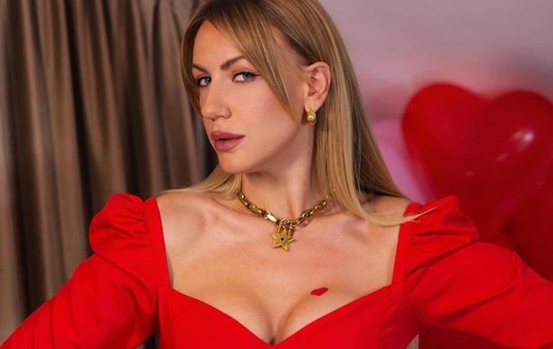 Леся Никитюк очаровала снимками в платье с сочным декольте