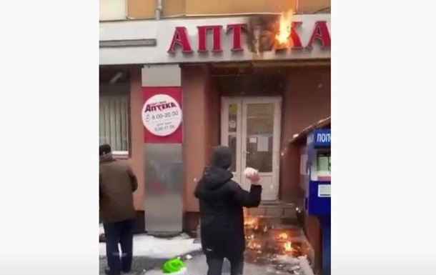 В Івано-Франківську пожежу в аптеці гасили сніжками