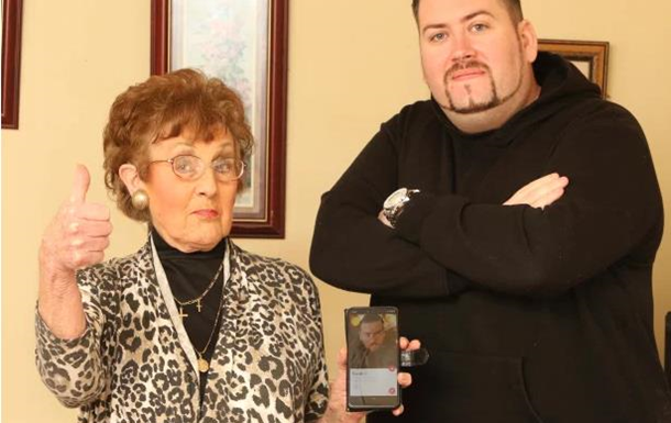 Бабуся зареєструвала самотнього онука в Tinder