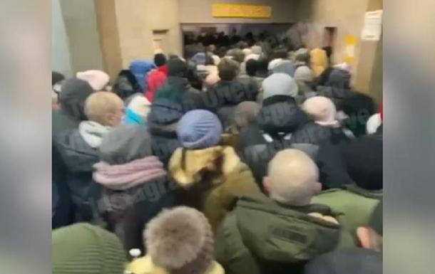 В Киеве образовалась огромная очередь в метро